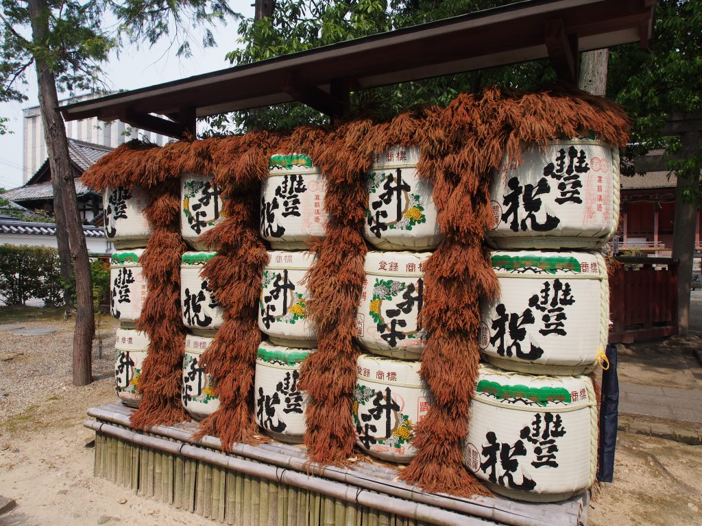 休ヶ岡八幡宮前の酒樽