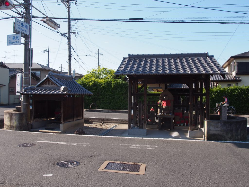 歓喜寺地蔵尊と弘法井戸を望む