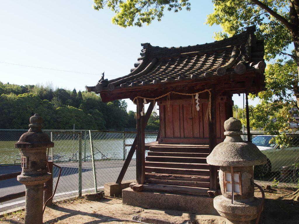 佐紀神社の入り口にある小さな社