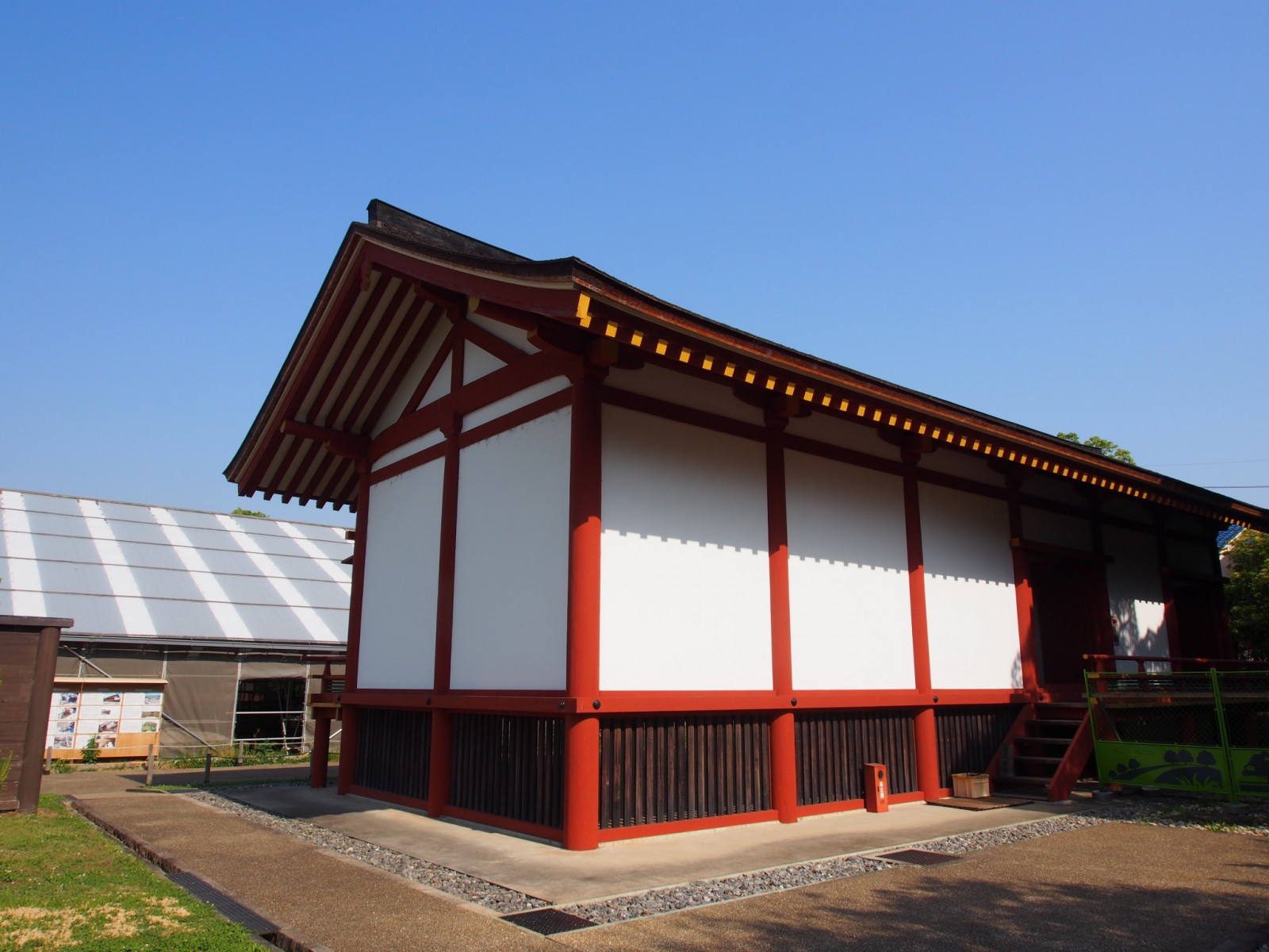 平城京左京三条二坊宮跡庭園の復元建物