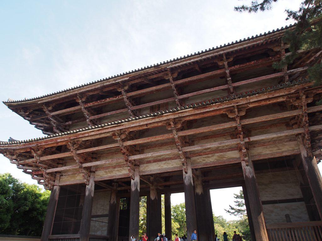 東大寺南大門を北側から望む