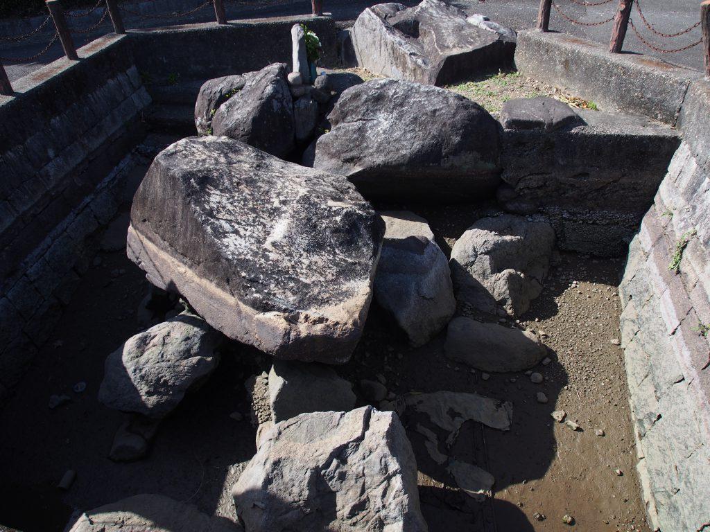奇妙な巨石群「八つ石」(崇道天皇陵前)