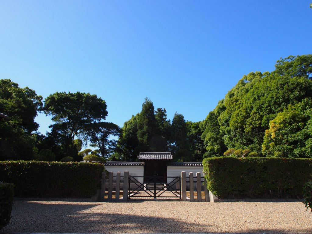 崇道天皇陵(八島陵)を望む