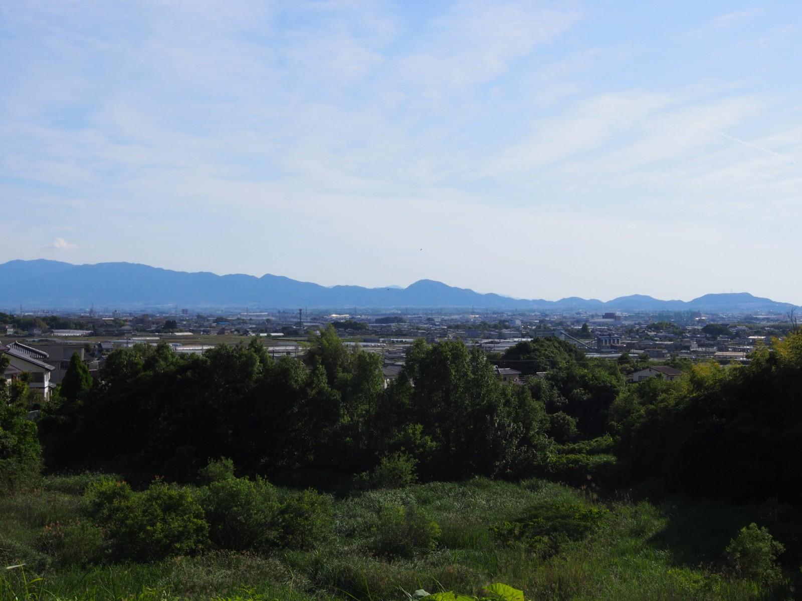平尾池のほとりから奈良盆地を眺める