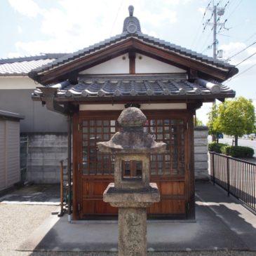 【尼ヶ辻地蔵石仏】黒く輝くお地蔵さまは鎌倉時代の作