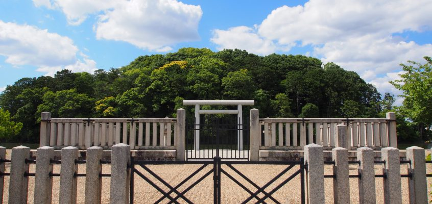 【尼ヶ辻】美しい水辺も魅力の「垂仁天皇陵・田道間守墓」ってどんなところ?歴史などを詳しく解説!