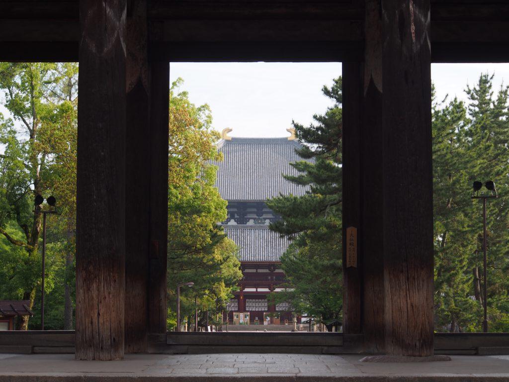 東大寺南大門から大仏殿を望む