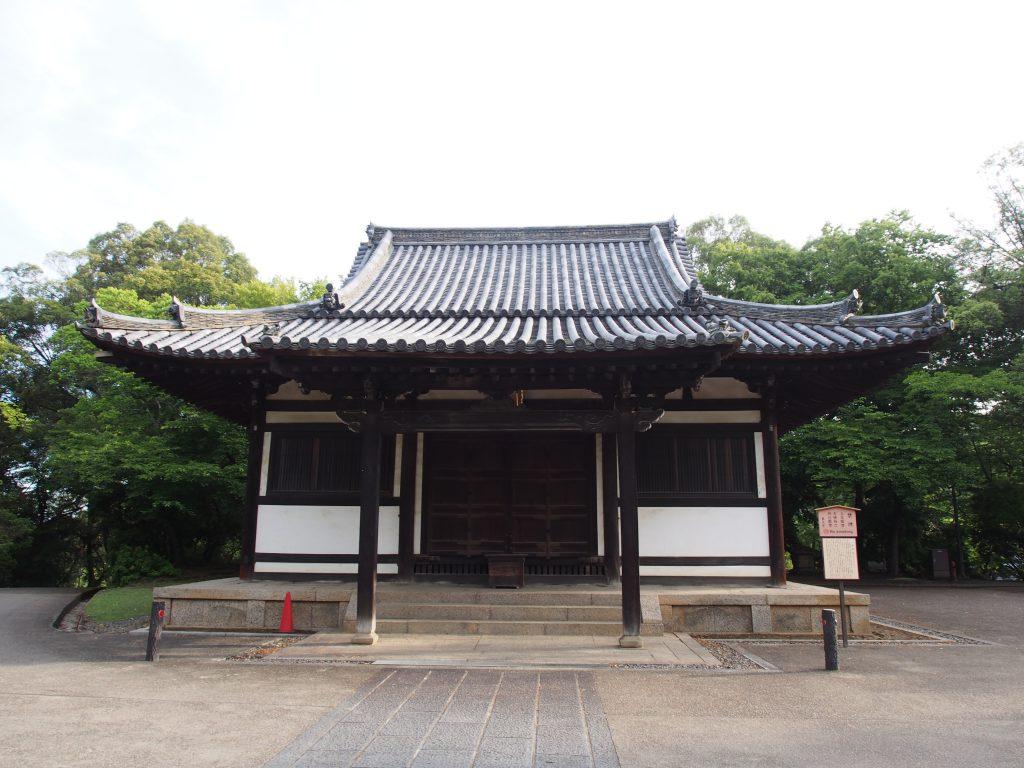 早朝の東大寺俊乗堂