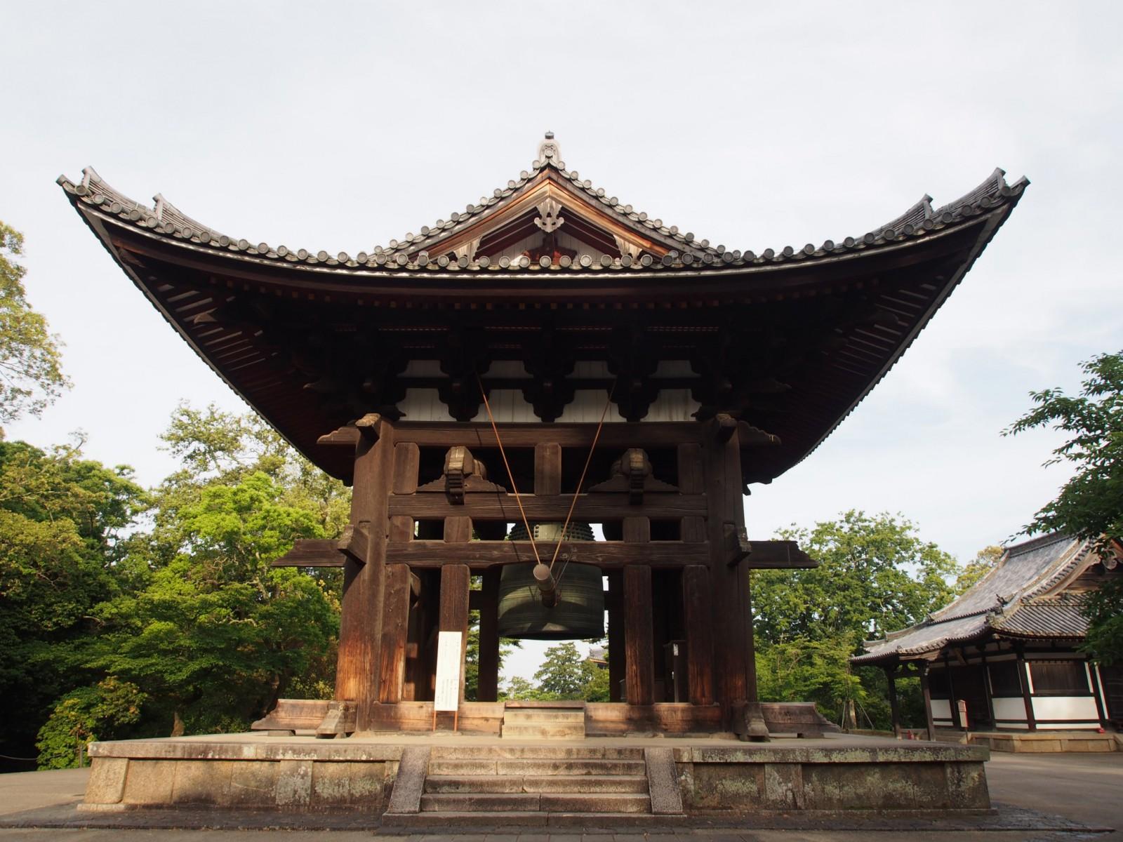 早朝の東大寺鐘楼