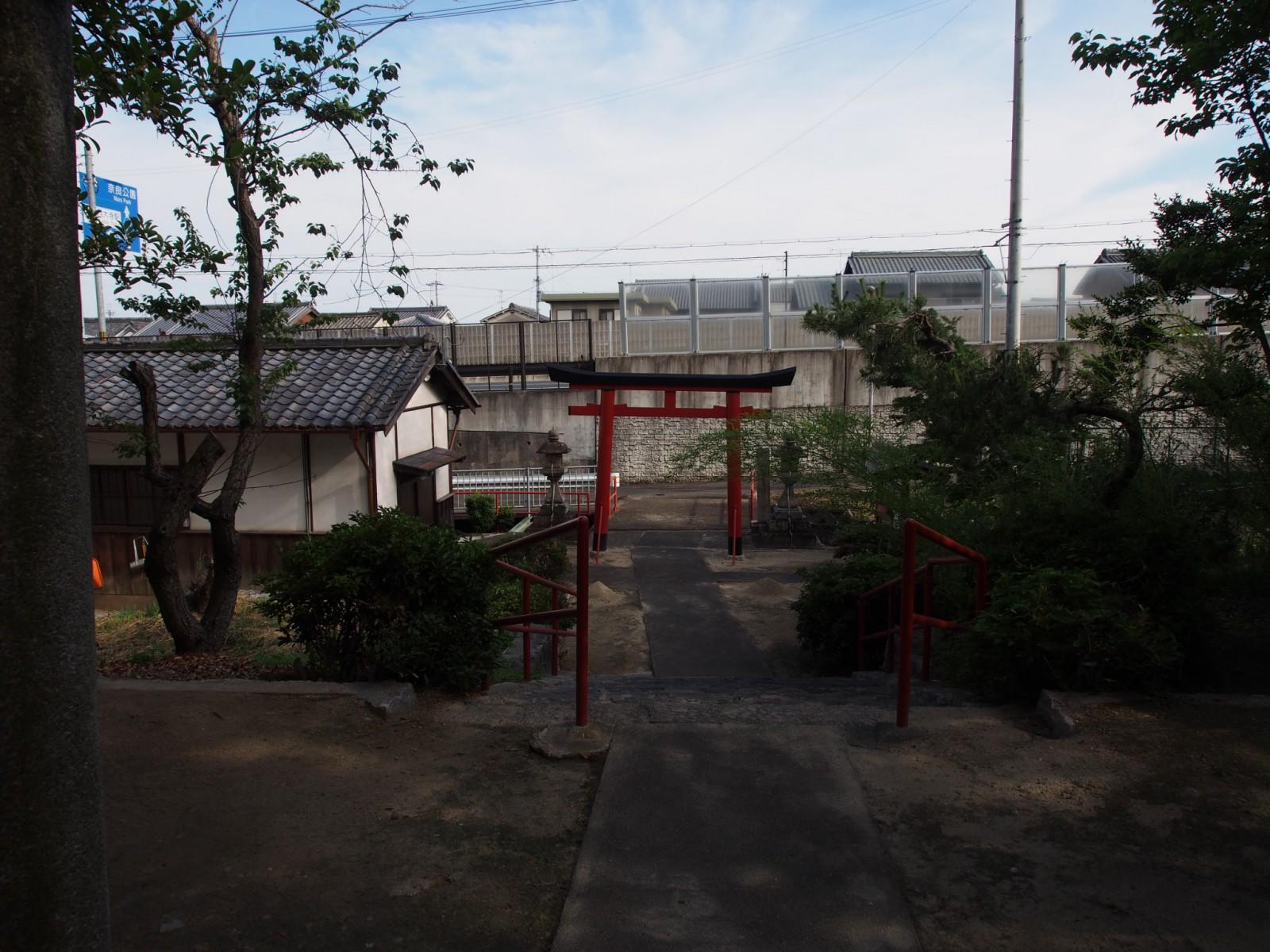 阪奈道路につながる高架の目の前にある北野天満神社