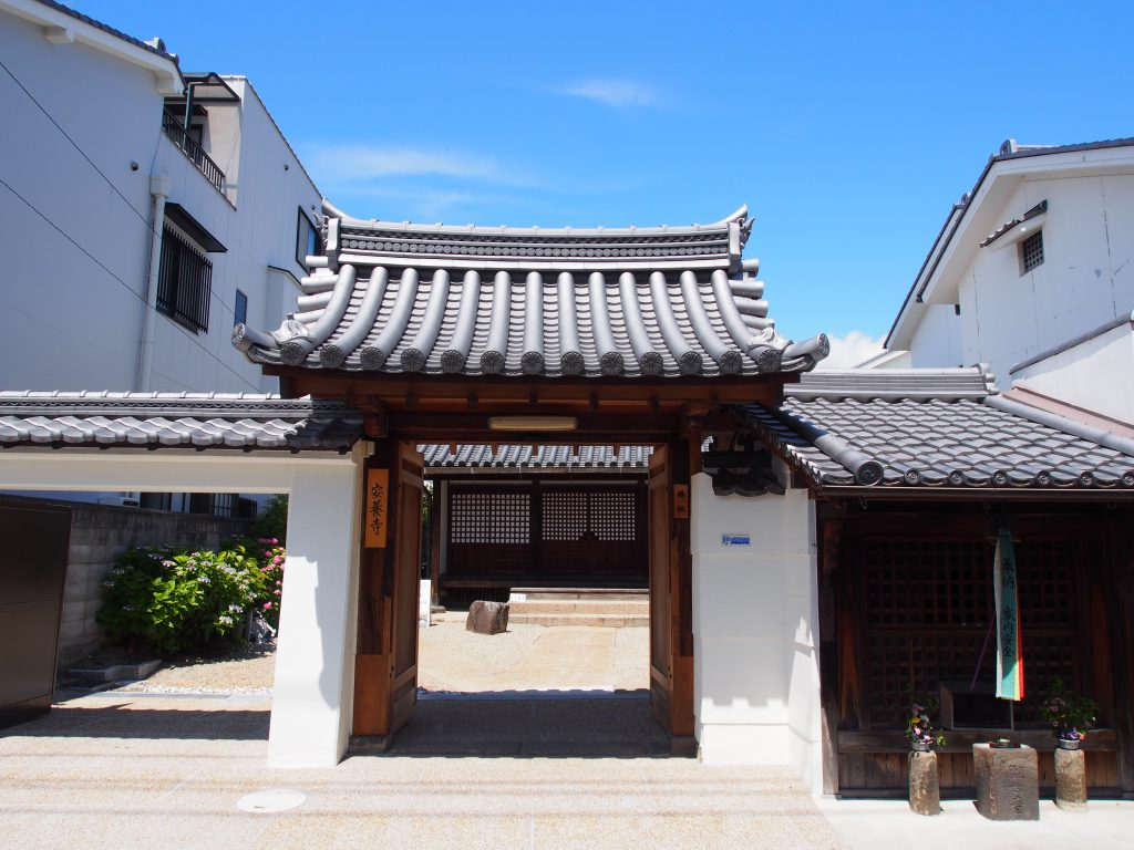 【安養寺】中将姫ゆかりの小さなお寺は珍しい佇まいの本堂を持つ