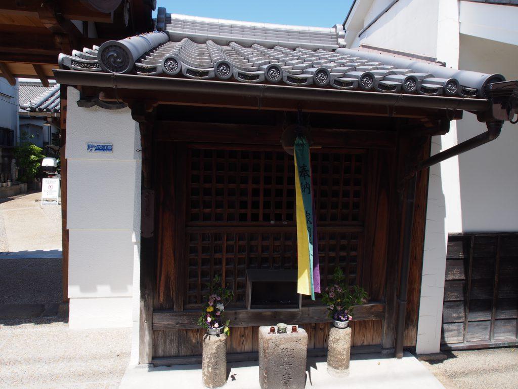 安養寺山門前の小堂