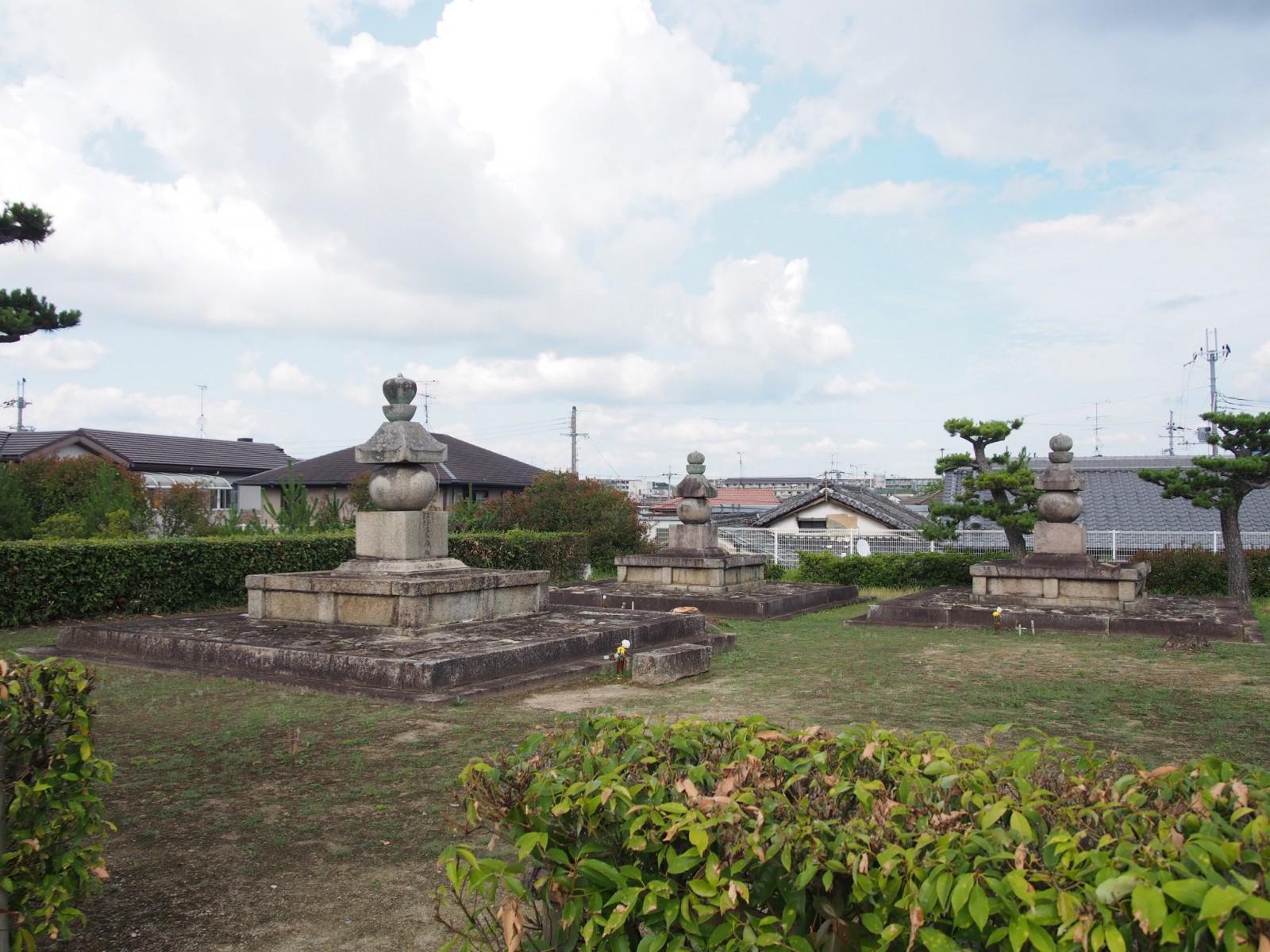 西大寺奥の院境内地に複数ある「長老」たちの五輪塔