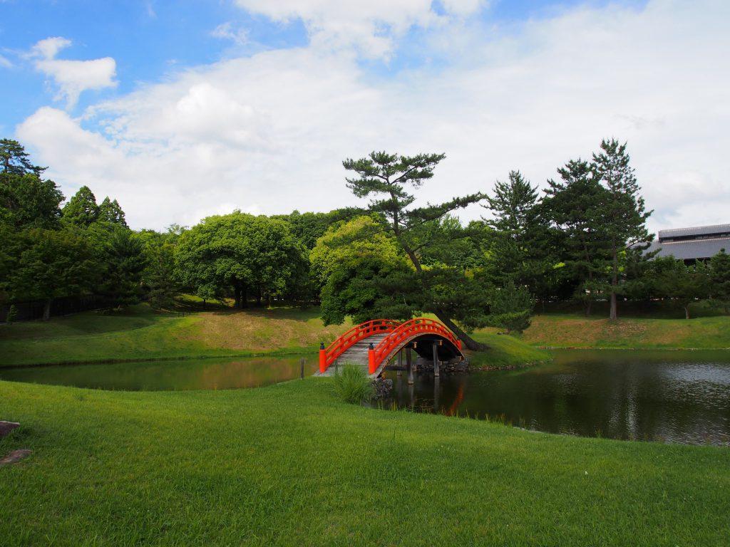 旧大乗院庭園に架かる美しい朱色の橋