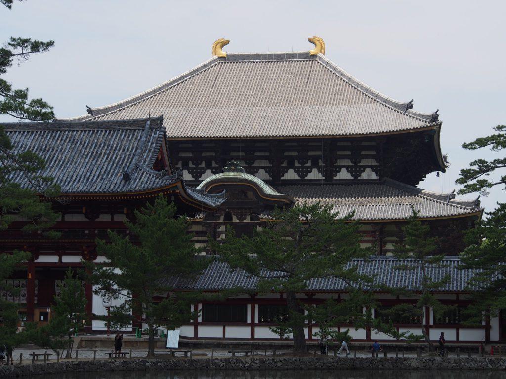 鏡池の対岸から東大寺中門と大仏殿を望む