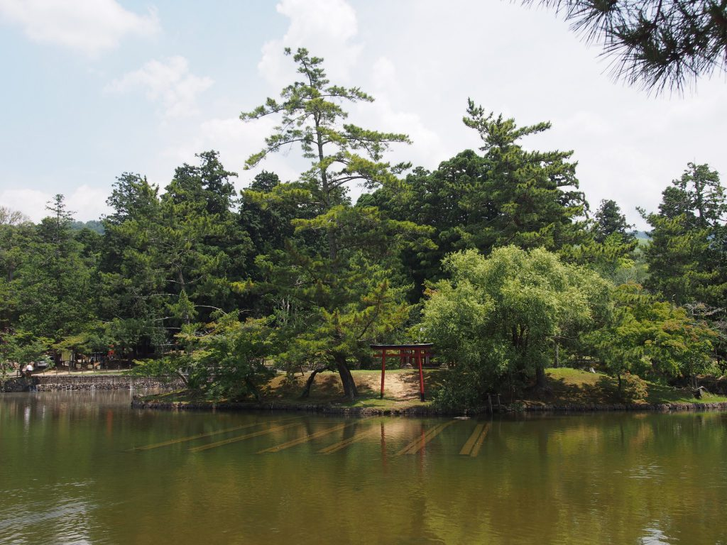 鏡池にある小島と「厳島神社」