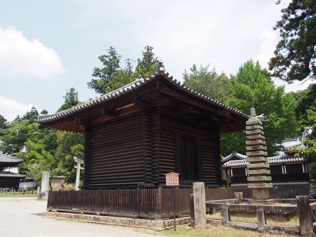 【東大寺法華堂経庫】奈良時代からの貴重な校倉造の建築を間近に望む