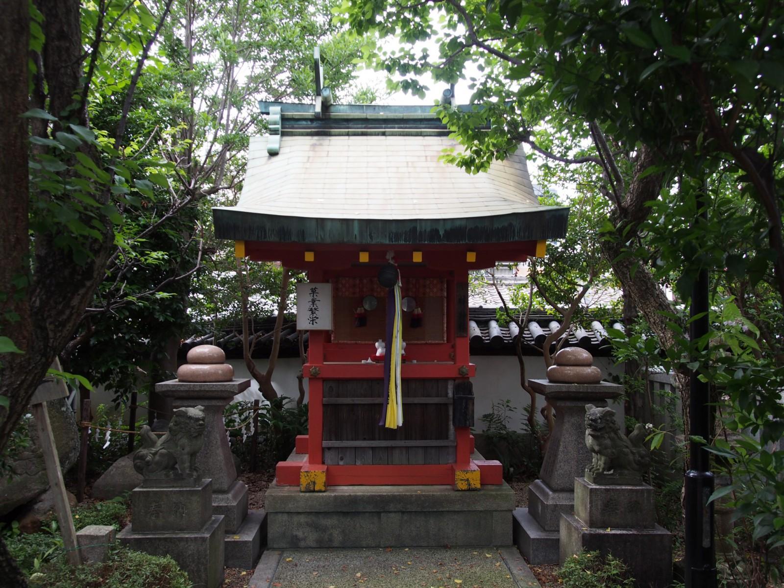 林神社本殿と「饅頭」