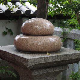 漢國神社境内「林神社」に設置の饅頭のオブジェ