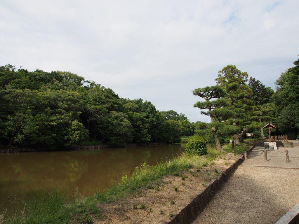 森に囲まれた水辺が美しい「日葉酢媛命陵」周辺