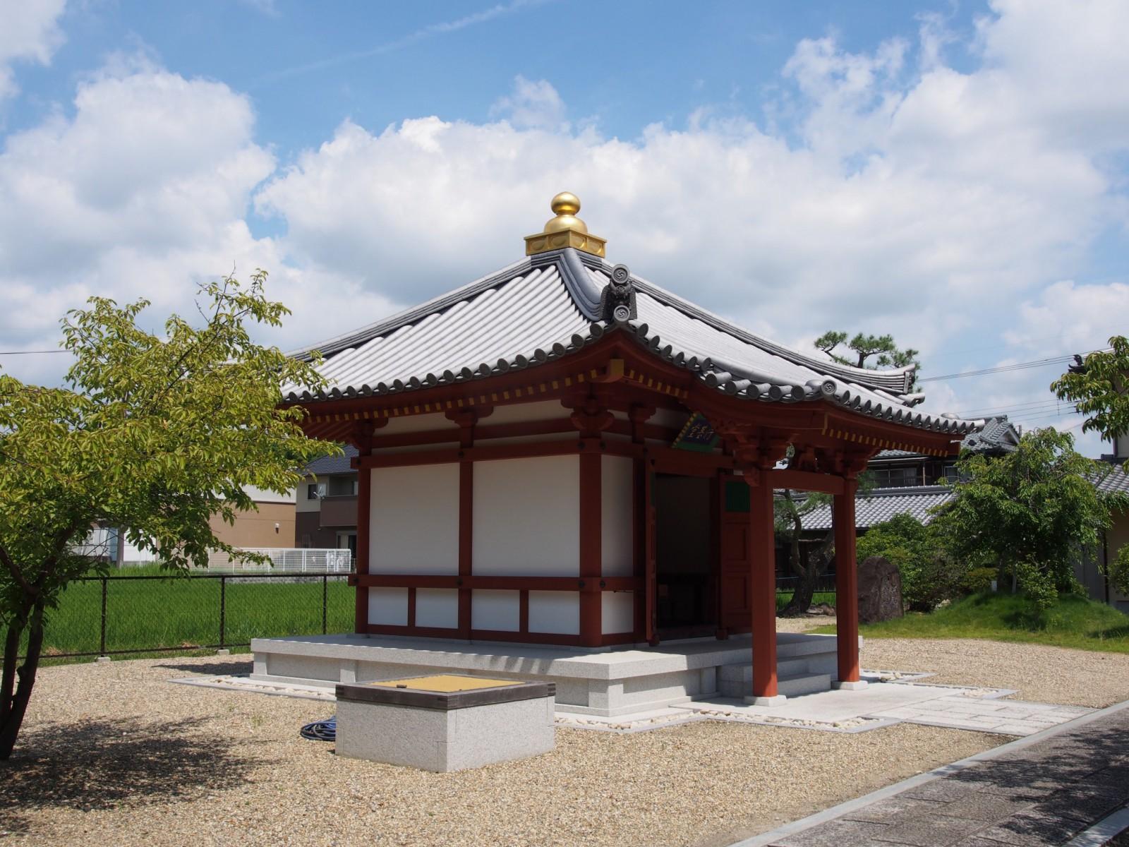 喜光寺の本堂北側にある「行基堂」
