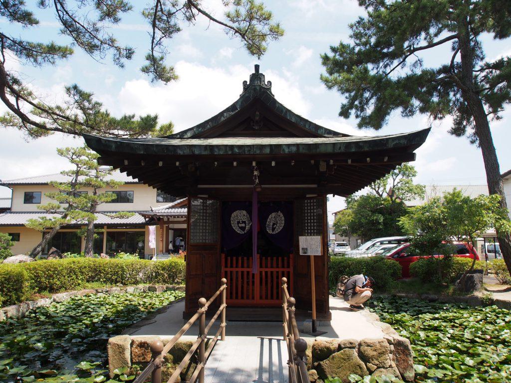 喜光寺境内の「弁天堂」