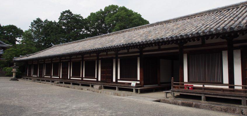 【唐招提寺礼堂】南北に細長く伸びる建築は伽藍の美しい風景を形作る