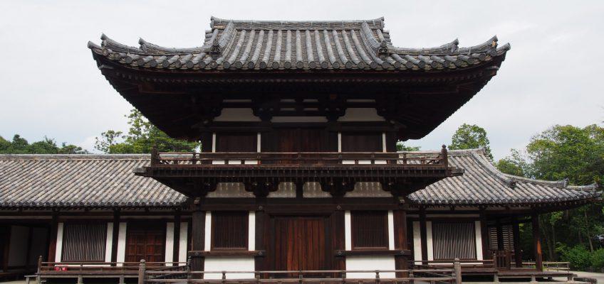 「うちわまき」が実施される唐招提寺鼓楼