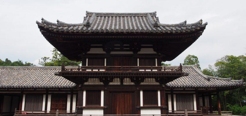 【唐招提寺鼓楼】「うちわまき」の会場に用いられる建物には宝物が複数収蔵される