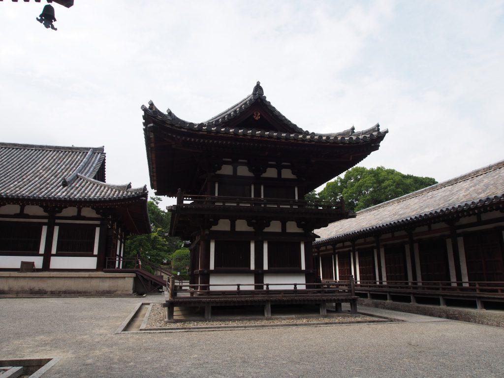 鼓楼(唐招提寺)を南側から望む