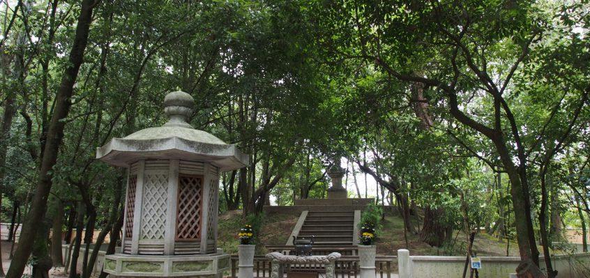 【唐招提寺鑑真和上(開山)御廟】有名な渡来僧の墓所は美しい自然に囲まれる