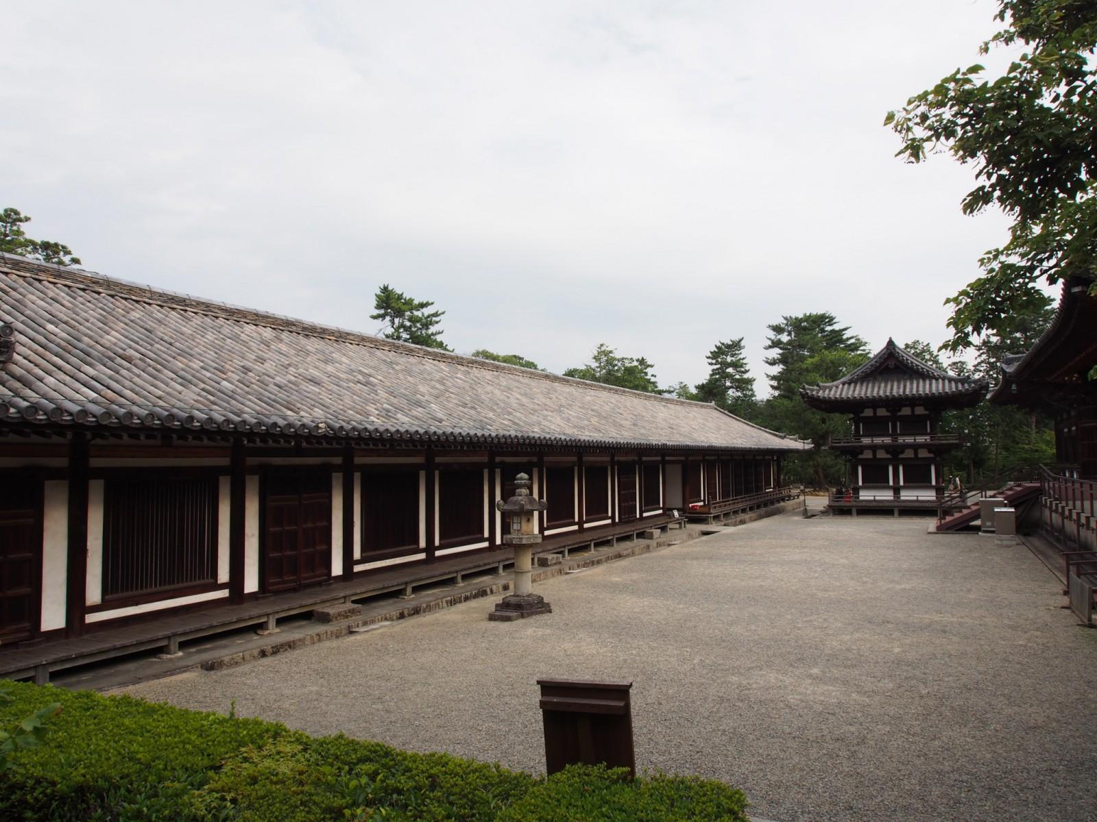 長く伸びる建築が特徴的な「礼堂」(唐招提寺)
