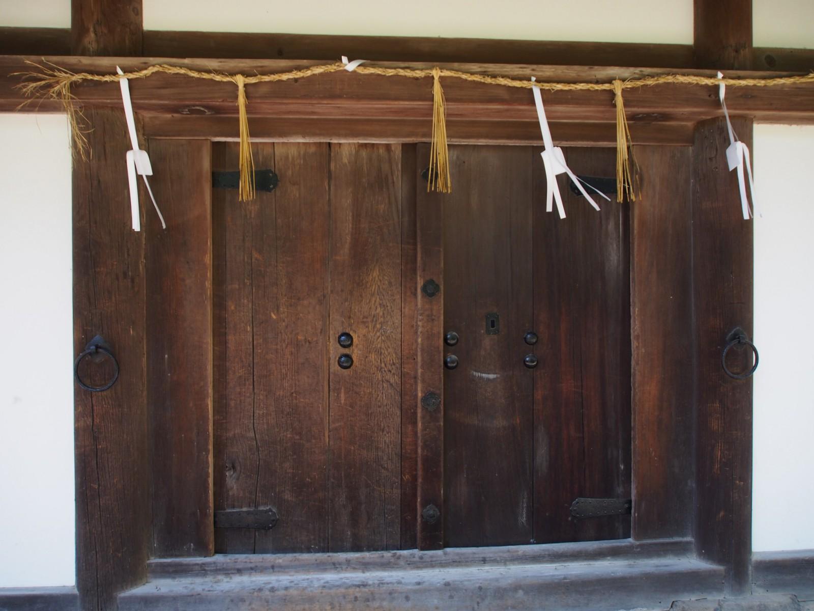 酒殿の重厚な扉