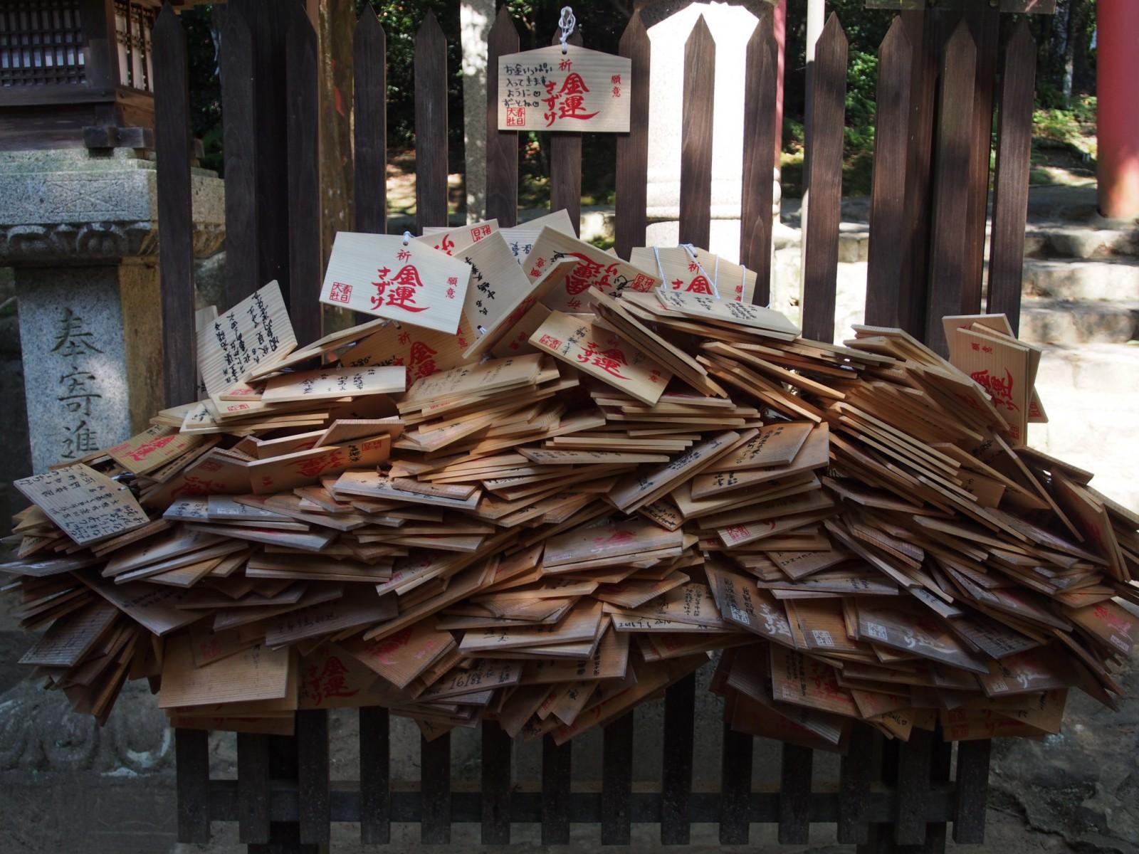 金龍神社に奉納された多数の絵馬