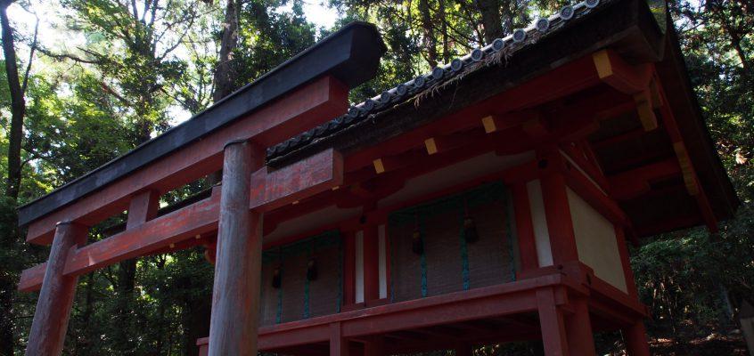 【紀伊神社】「春日大社奥の院」と呼ばれる神秘的空間のそばには曰くありげな石も