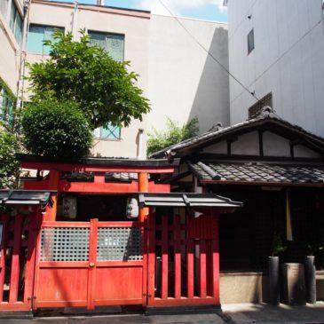 【隼神社・延命地蔵尊】三条通りの脇に鎮座する「春日大社守護神」の近くには鎌倉時代のお地蔵さまも