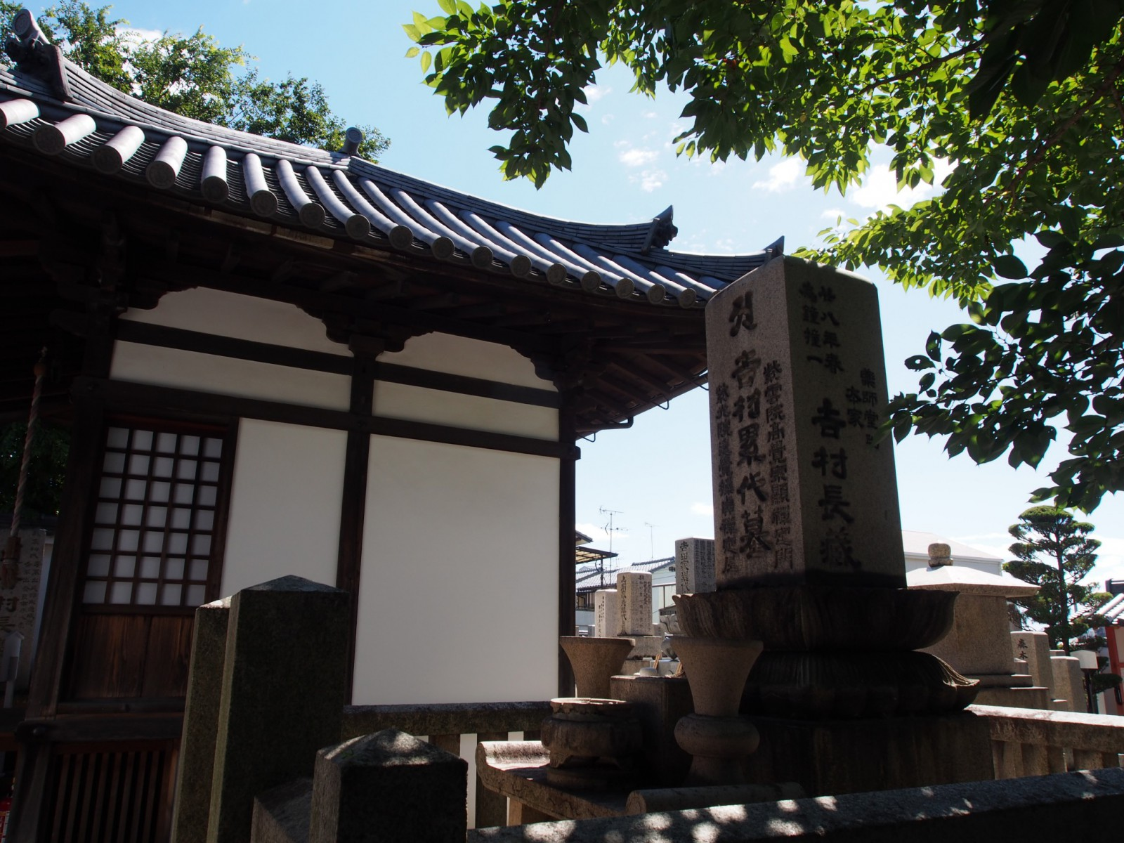 吉村家の墓と毘沙門堂(徳融寺)