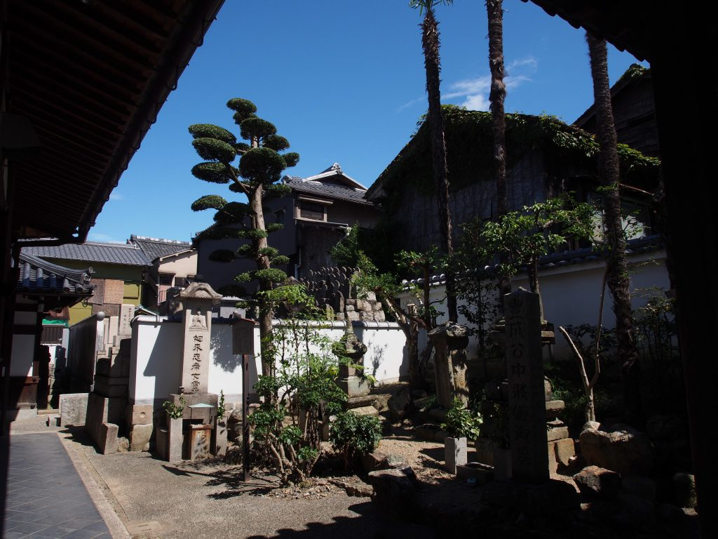 石仏・石碑・墓所が広がる徳融寺南側のエリア