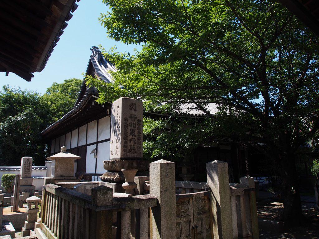 吉村家累代の墓と徳融寺本堂