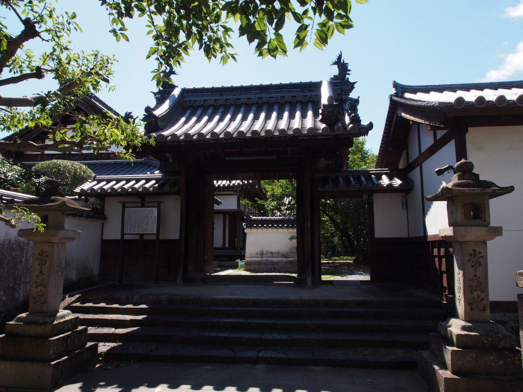 【徳融寺】ならまちエリア有数の規模を誇るお寺は「独特の石造物」も面白い