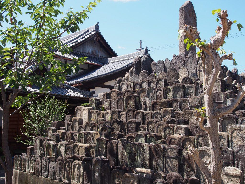 【ならまち】巨大な無縁塔が印象的な「称念寺」ってどんなところ?歴史などを徹底解説!【木辻】