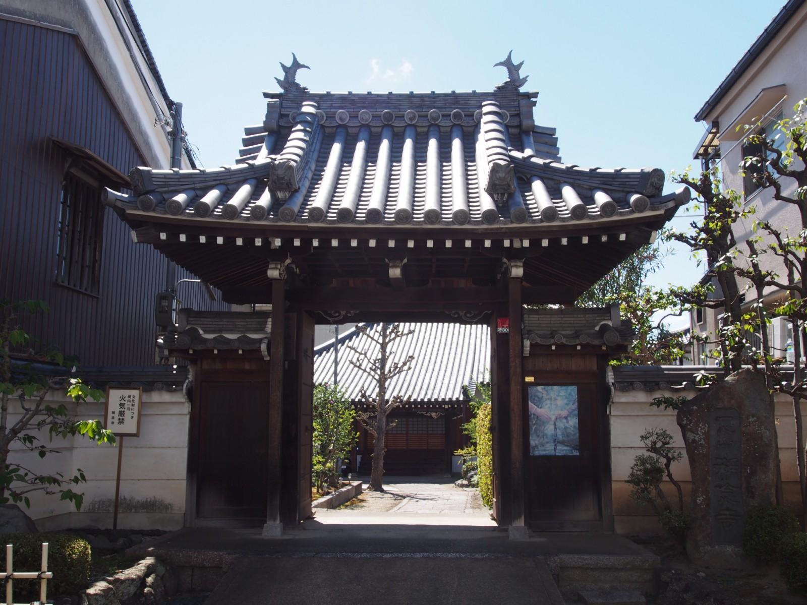 称念寺の山門