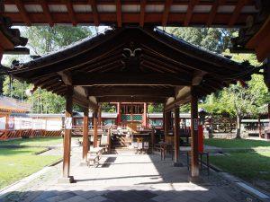【氷室神社舞殿(拝殿)】舞楽が奉納される舞台として現在も用いられる