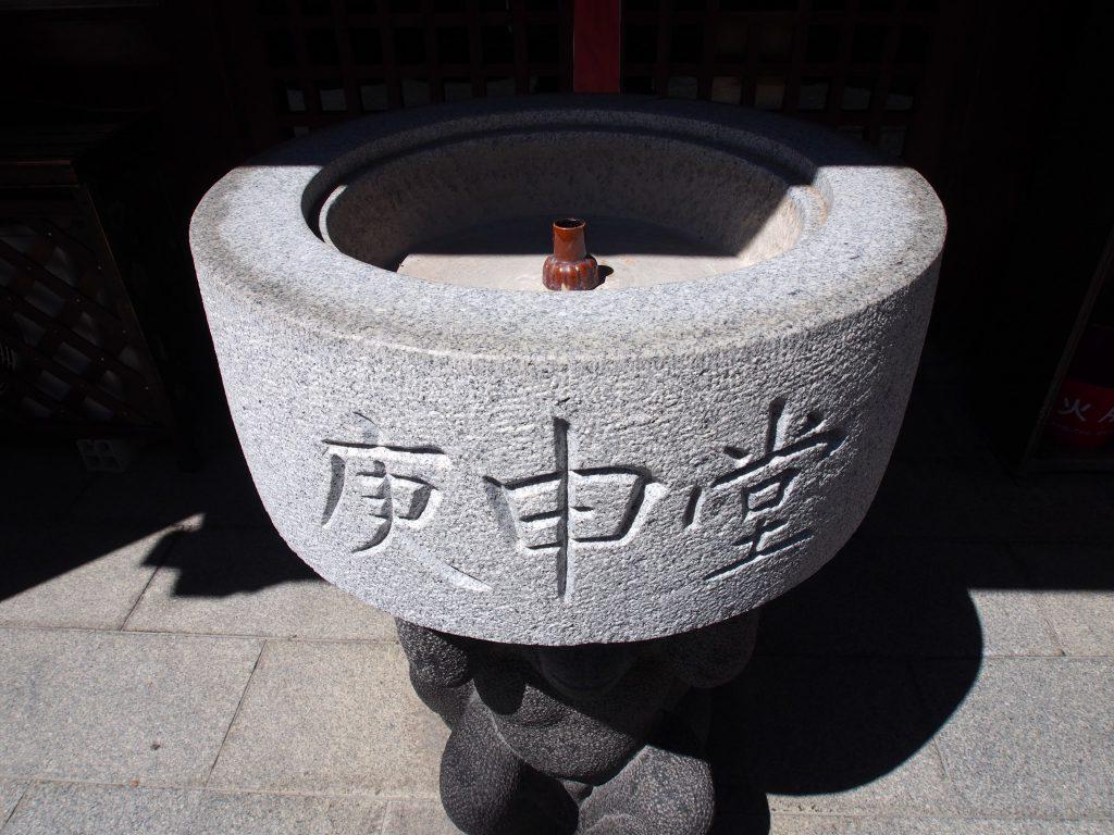 猿の石像が抱える「庚申堂」の