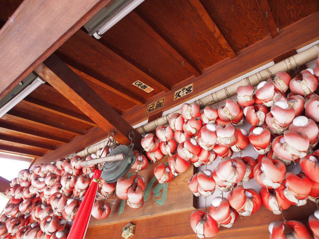 奈良町庚申堂に吊り下げられた大量の「身代わり申」