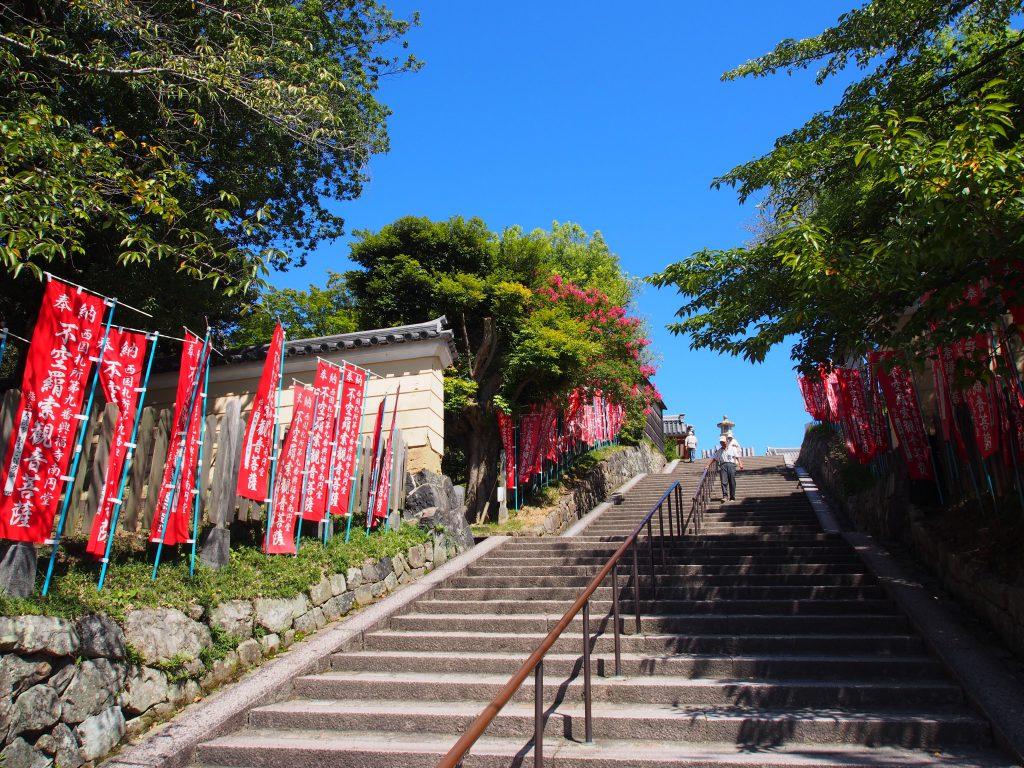南円堂へと上る石段は「不空羂索観音菩薩」ののぼりが目立つ