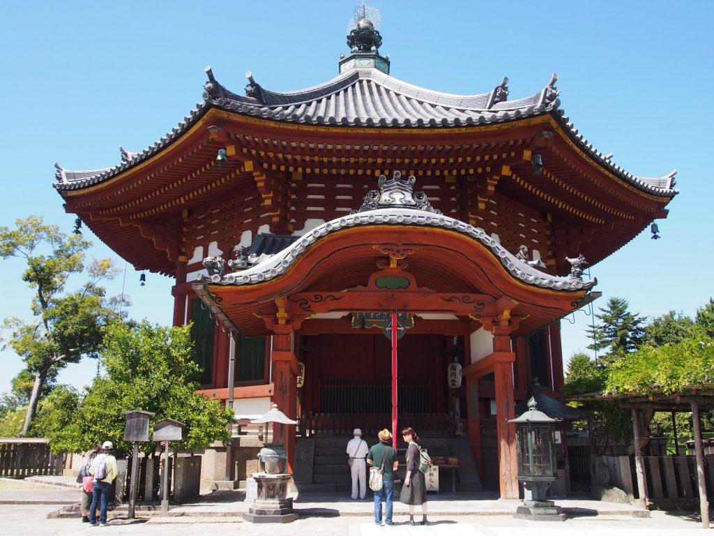 興福寺南円堂を正面から望む