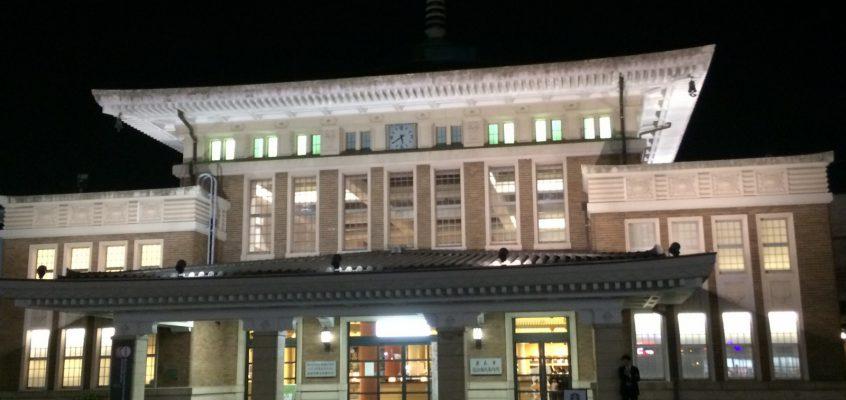 【JR奈良駅旧駅舎(奈良市総合観光案内所)】観光客を出迎えるのは寺院風の屋根を持つ和洋折衷の近代建築