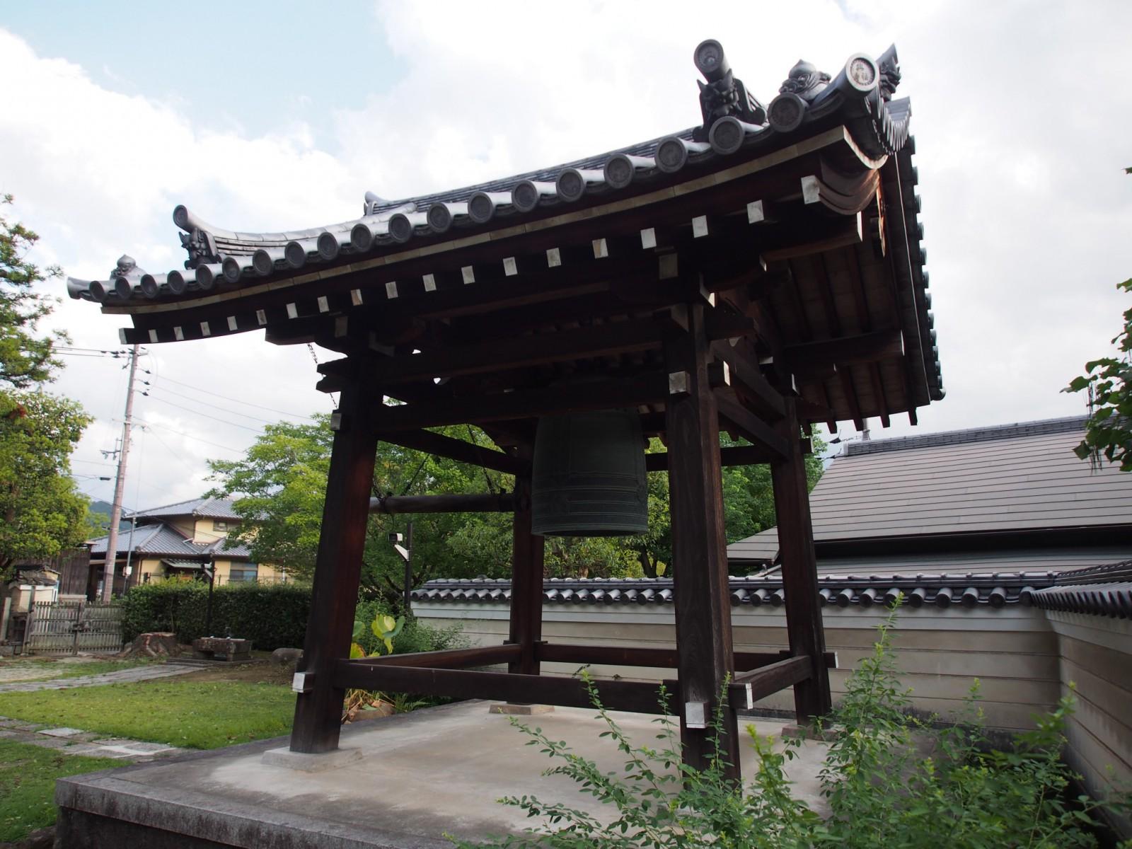 興福寺菩提院の鐘楼(十三鐘)