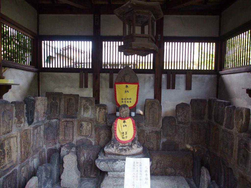 元興寺塔跡の石仏たち